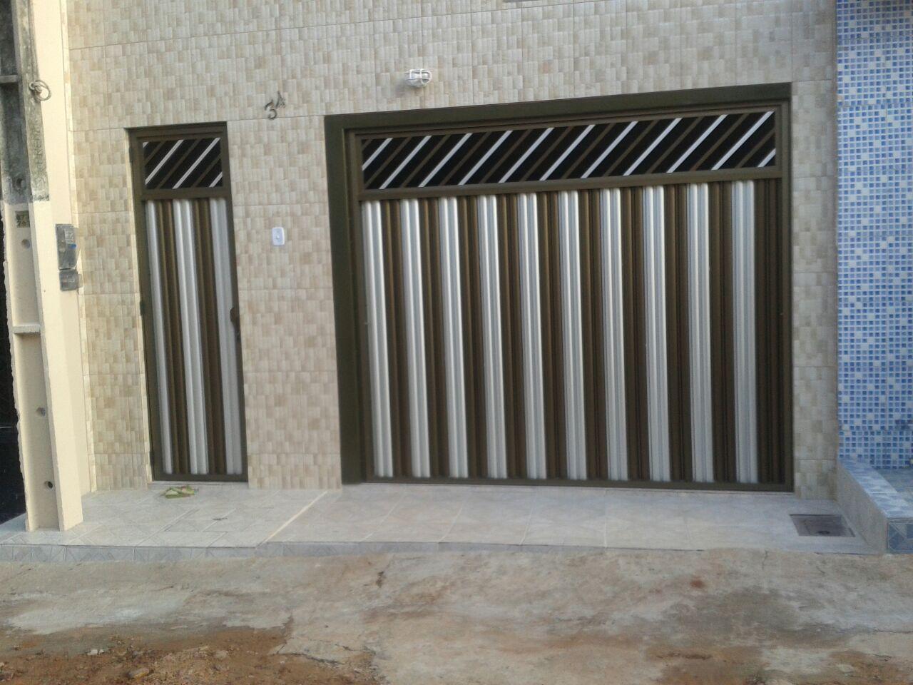 #4D637E Portao de alumínio branco com porta social deslizante e grade  970 Porta De Aluminio Com Janela Basculante